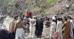 بارشوں کے باعث لینڈسلائیڈنگ،شاہراہ قراقرم مختلف مقامات سے بند(ملبہ ہٹانے کاکام جاری)