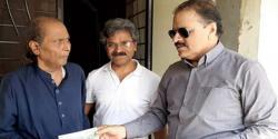 اطہر علی خان کی امان اللہ کے گھر آمد، عیادت کی اور امدادی چیک دیا