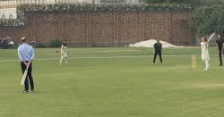 برطانوی شاہی جوڑا لاہور نیشنل کرکٹ اکیڈمی میں، شہزادی کیٹ نے جونہی بلا اٹھا کر شاٹ کھیلی