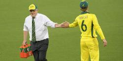 آسٹریلوی وزیراعظم ٹیم کو پانی پلانے میدان میں آگئے