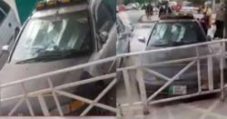 پنڈی کے ہولی کلینک ہسپتال کے سامنے4روز سے کھڑی گاڑی میں سخت بدبو پھیلنے لگی