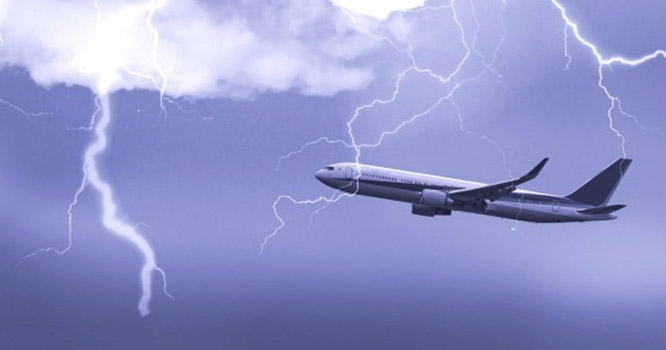 پاکستا نی حکام کی  بروقت مدد : عمان ایئرلائن کی پرواز آسمانی بجلی کی زد میں آکر بڑے حادثے سے بال بال بچ گئی