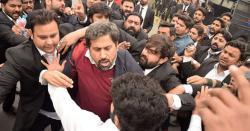 وزیراطلاعات پنجاب پر تشدد کرنیوالے وکیل کی شناخت، گھر پر چھاپہ