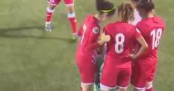 ''میرا جسم میری مرضی کہنے والی خواتین، سیکھو اس شہزادی سے''خواتین کھلاڑیوں کے درمیان فٹبال میچ میں ایک کھلاڑی کا حجاب کھل گیا