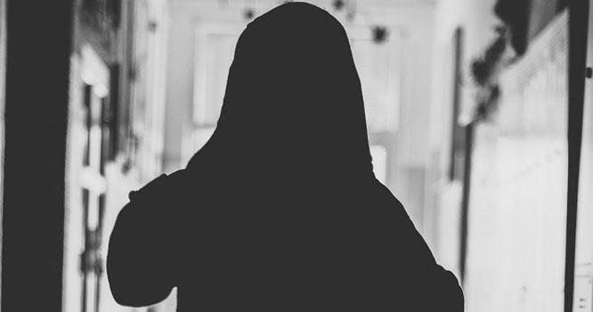 پاکستان کے اہم شہر میں چھوٹی بہن کو ڈھونڈنے نکلنے والی لڑکی 2 بار جنسی زیادتی کا نشانہ بن گئی، ایک شخص تو اس کا اپنا ۔۔۔!