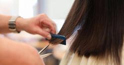 چاند کی شروع کی تاریخوں میں بال کٹوانے سے بال لمبے ہوتے  ہیں، بالوں کے بارے میں کچھ ایسے غلط نظریات جو انسان کو گنجا بھی کرسکتے ہیں