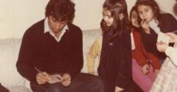 اس تصویر میں عمران خان سے آٹو گراف لینے والی بچی کس قدآور شخصیت کی بیٹی ہے ؟