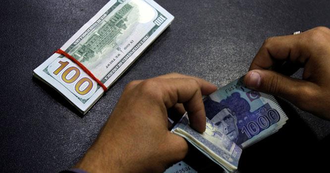 ڈالر کی قیمت میں زبردست کمی کا امکان،لوگ ڈالر فروخت کرنے لگے، آنیوالے دنوں میں ڈالر کی قیمت کتنی ہوگی ؟جانیں