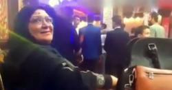 شادی کی تقریب میں بیٹے کے لیے دلہن تلاش کرتی ماں کی ویڈیو وائرل