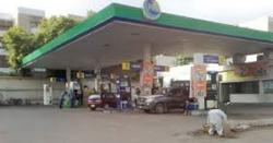 فیصل آباد کے پٹرول پمپ پر ڈکیتی کی واردات کی فوٹیج سامنے آگئی