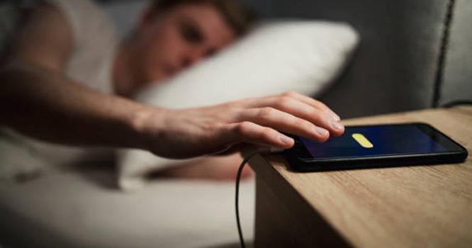 کیا آپ بھی اپنا فون رات کو چارجنگ پر لگا کر سو جاتے ہیں؟ اگر ہاں تو ایسا کرنا فوراً چھوڑ دیں کیونکہ۔۔۔